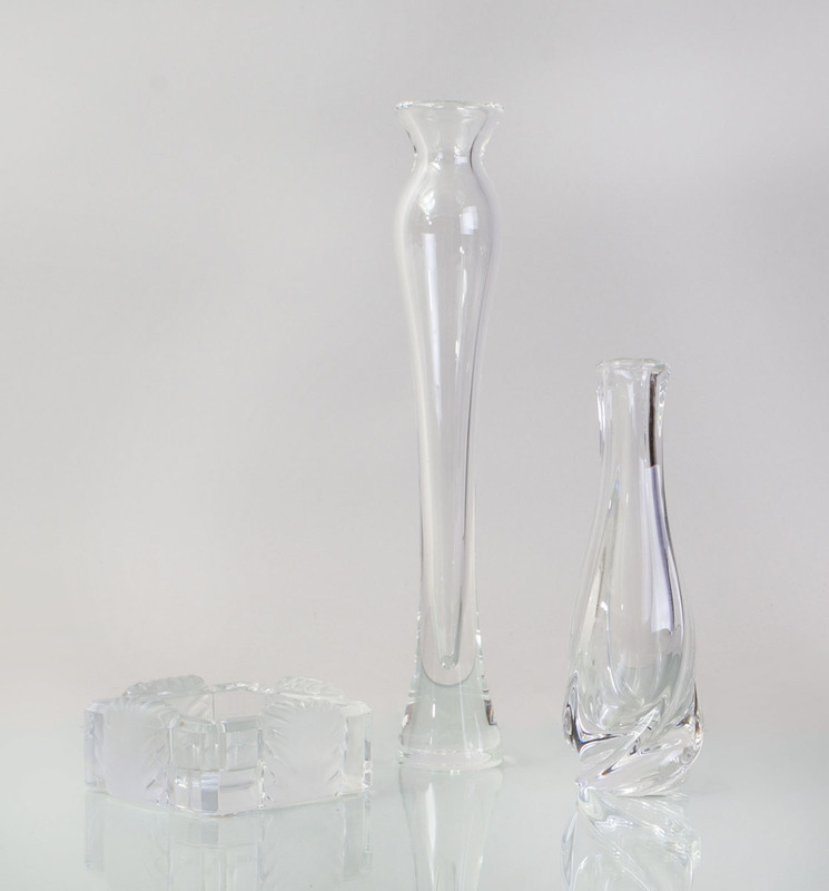 STUEBEN GLASS BUD VASE, A BACCARAT GLASS BUD VASE AND A LALIQUE GLASS ASHTRAY