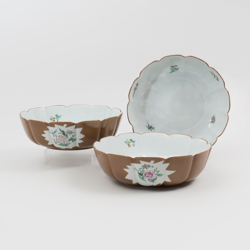 Set of Three Vista Alegre Cafe au Lait Ground Lobed Porcelain Bowls in the 'Gintado à Mao' Pattern