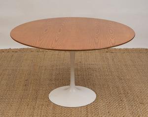 ENAMELED METAL AND OAK 'TULIP' TABLE, IN THE STYLE OF EERO SAARINEN