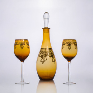 GILT-DECORATED AMBER GLASS DECANTER AND STOPPER AND TWO GOBLETS