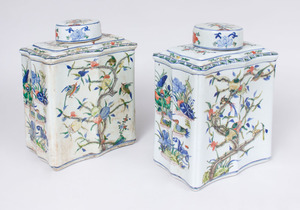 PAIR OF CHINESE FAMILLE VERTE PORCELAIN TEA CADDIES AND COVERS