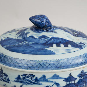 Chinese Blue and White Porcelain Soup Tureen and Cover, in the 'Willow' Pattern