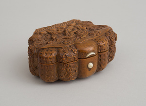 CONTINENTAL RELIEF-CARVED BOXWOOD SHELL-FORM BOX