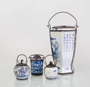 GROUP OF FOUR CHINESE METAL-MOUNTED BLUE AND WHITE PORCELAIN OPIUM POTS WITH PIPE STEMS