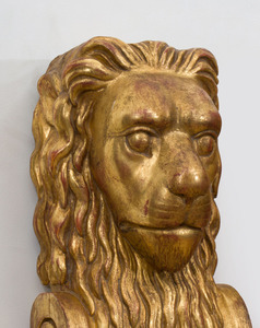 PAIR OF CONTINENTAL GILTWOOD LION-FORM WALL APPLIQUES