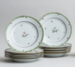 SET OF FIFTEEN FAMILLE ROSE CHINESE EXPORT PLATES
