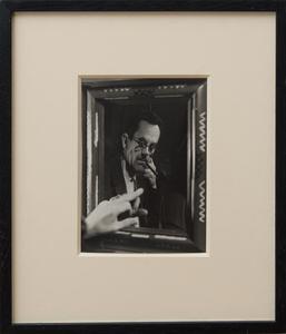 MAN RAY (1890-1976): PORTRAIT DE L'ARTIST (APPUYER LE DOIGT SUR UN MIRROIR FLEXIBLE)