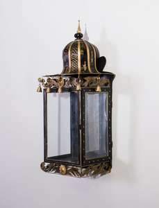 PAIR OF ENGLISH REGENCY STYLE CHINOISERIE TÔLE PEINTE WALL LANTERNS
