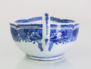 Chinese Export Porcelain Armorial Leaf-Form Dish and a Pair of Sauce Boats, with Blue Fitzhugh Border