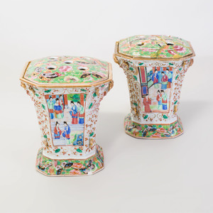 Pair of Chinese Rose Medallion Porcelain Bulb Pots and Covers