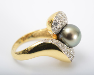 18K GOLD, CULTURED PEARL AND DIAMOND RING