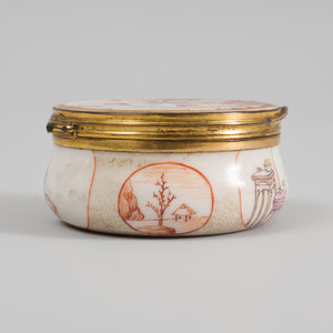 Chinese Export Porcelain Famille Rose Snuff Box with Gilt-Metal Mounts